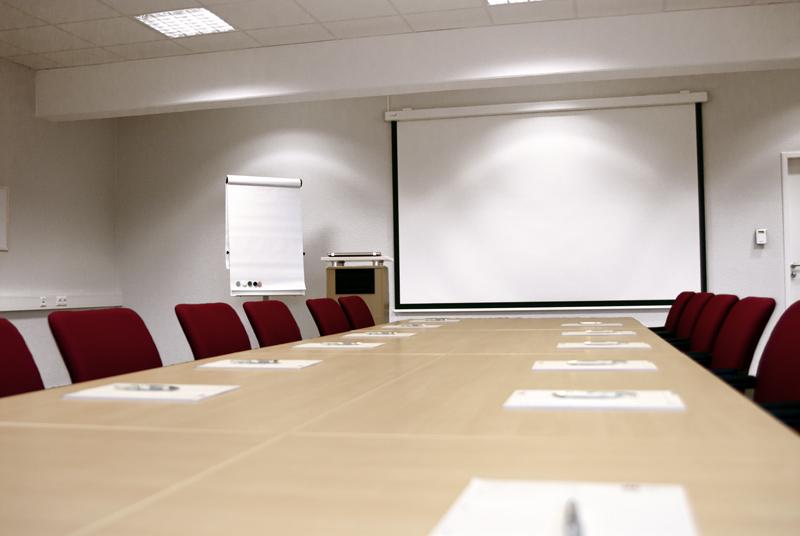 Grosser Meetingraum mit Blick auf die Leinwand
